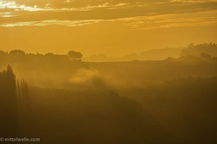 Toskana am Morgen im Nebel